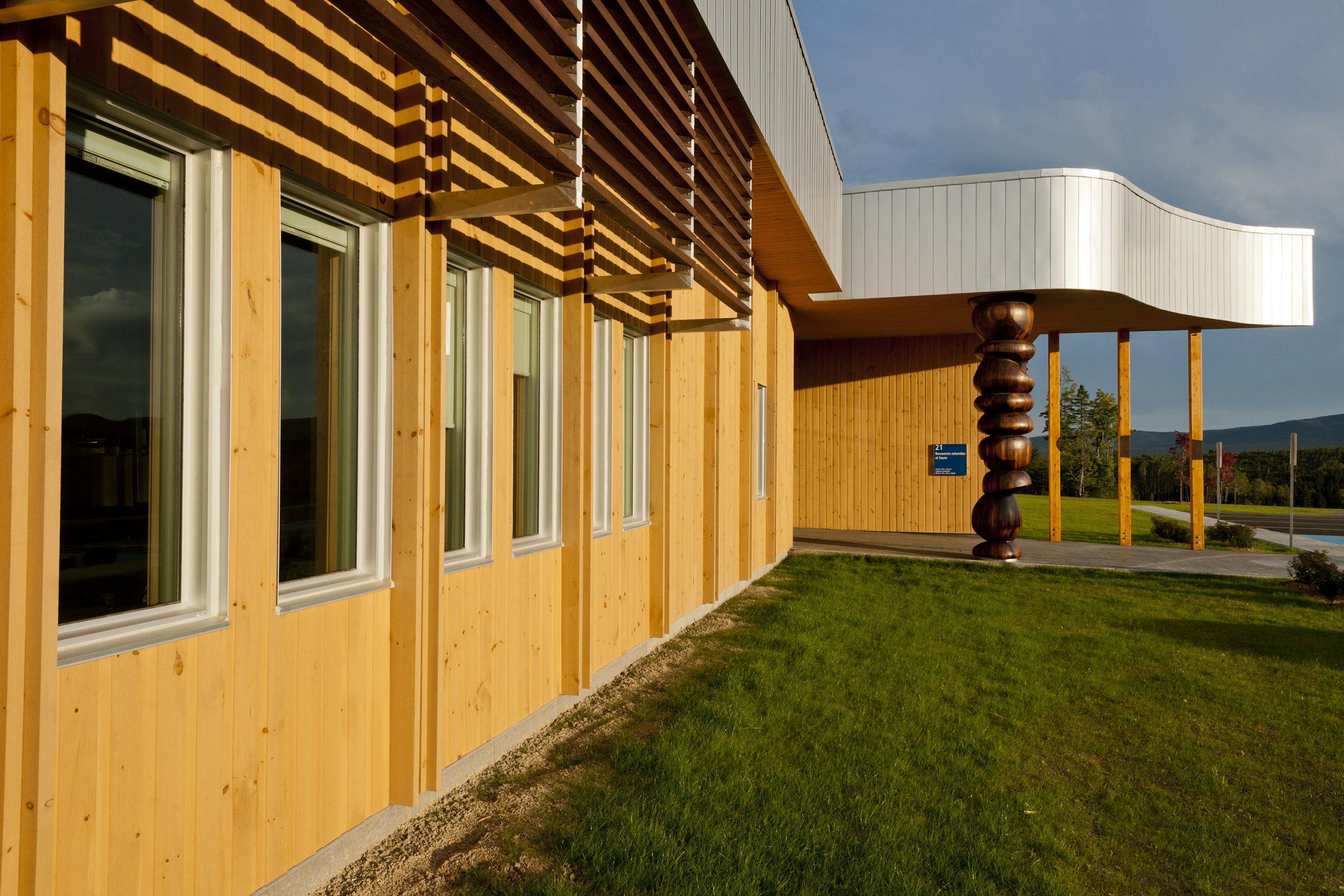 Ministère des ressources naturelles, bâtiment administratif et entrepôt Cecobois 4