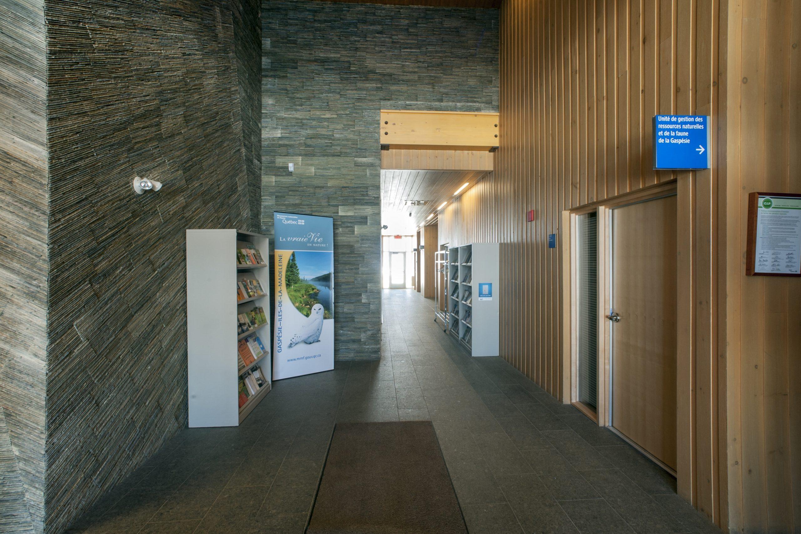 Ministère des ressources naturelles, bâtiment administratif et entrepôt Cecobois 6